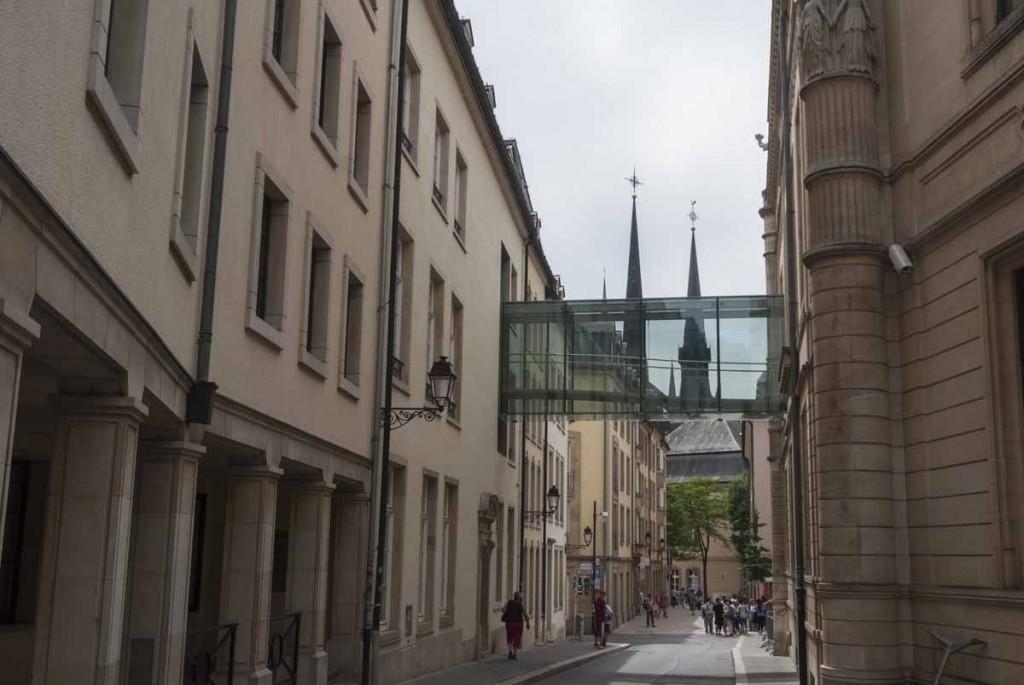 Caminar por la vieja ciudad de Luxemburgo
