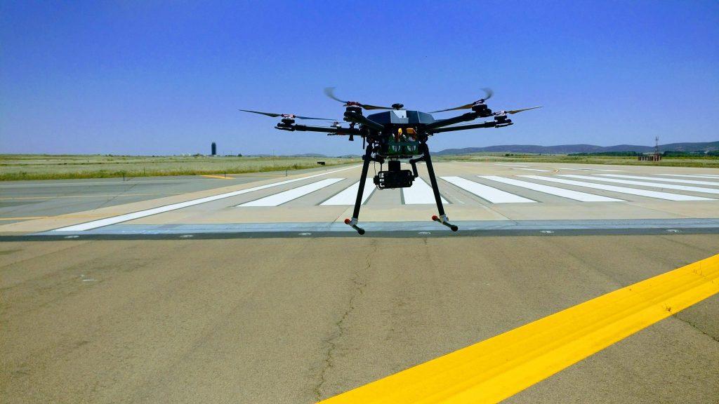 dron inspeccionando aeropuerto Sevilla