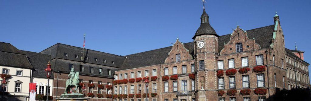 Markplatz de Dusseldorf en vista panorámica con estatua del caballero