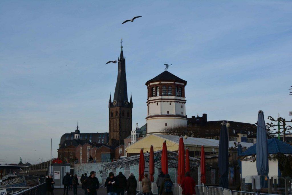 Foto de la iglesia de St. Lambertus con pájaros volando en Dusseldorf